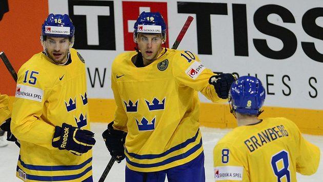 Švédští hokejisté Oscar Möller (vlevo) a Petter Granberg (vpravo) se radují z gólu proti Německu.