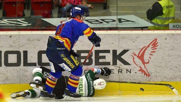 Filip Novák z Motoru České Budějovice a na ledě Milan Mikulík z Energie během utkání baráže.