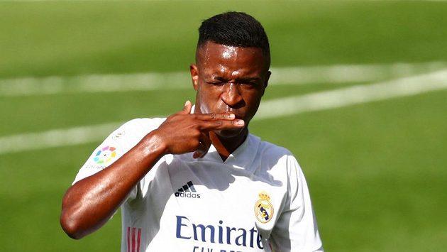 Útočník Realu Madrid Vinícius Júnior oslavuje gól do sítě Levante.