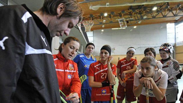 Trenér Michal Jedlička udílí pokyny českým reprezentantkám.