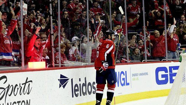 Český obránce Washingtonu Michal Kempný oslavuje svoji asistenci na brance spoluhráče Burakovského v zápase NHL proti New Jerey.