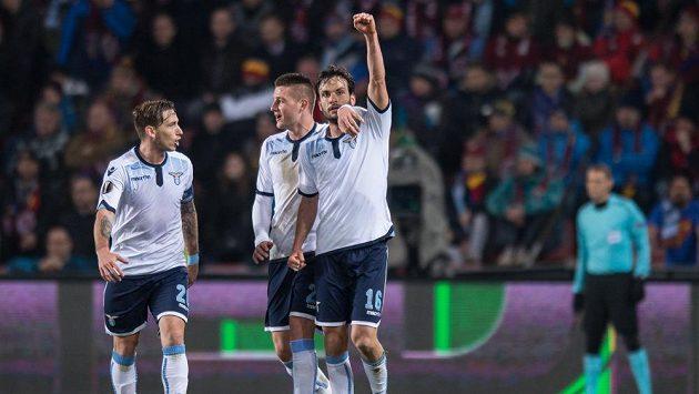 Záložník Lazia Marco Parolo (vpravo) oslavuje se spoluhráči gól na hřišti Sparty.