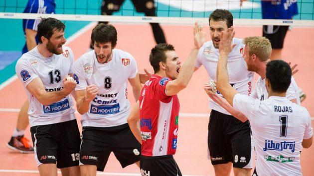 Volejbalisté Českých Budějovic se radují po vítězném setu v utkání s Ostravou.
