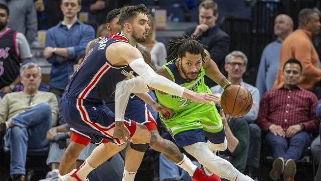 Tomáš Satoranský z Washingtonu (vlevo) se snaží ubránit Derricka Rose z Minnesoty v utkání basketbalové NBA.