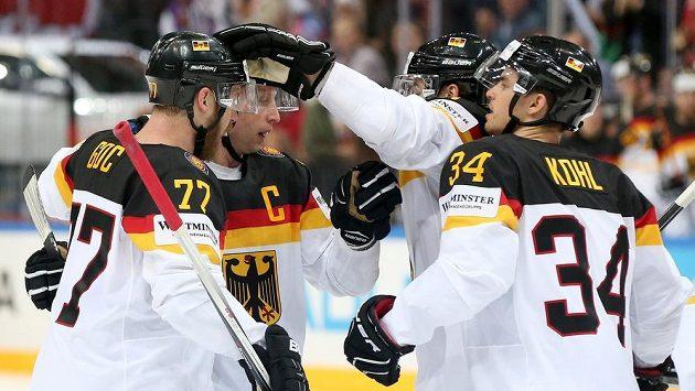 Hokejisté Německa oslavují vedoucí gól během utkání hokejového mistrovství světa proti Francii.