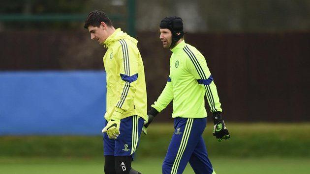 Brankáři Chelsea Petr Čech (vpravo) a Thibaut Courtois během přípravy na duel s PSG.
