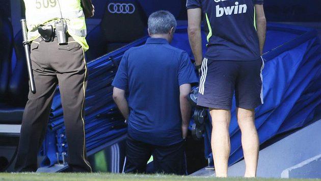 José Mourinho opouští hřiště po posledním zápase v roli trenéra Realu Madrid.
