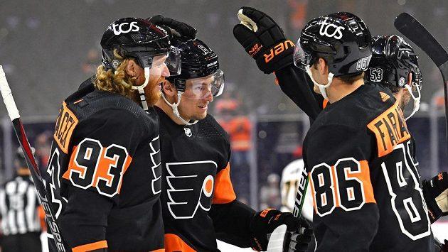 Český útočník Jakub Voráček slaví se svými spoluhráči. V NHL podílel třemi asistencemi na výhře Philadelphie nad Pittsburghem.