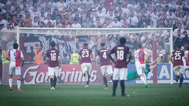 Tomáš Koubek inkasuje gól od Milana Škody z nařízené penalty v jarním derby.