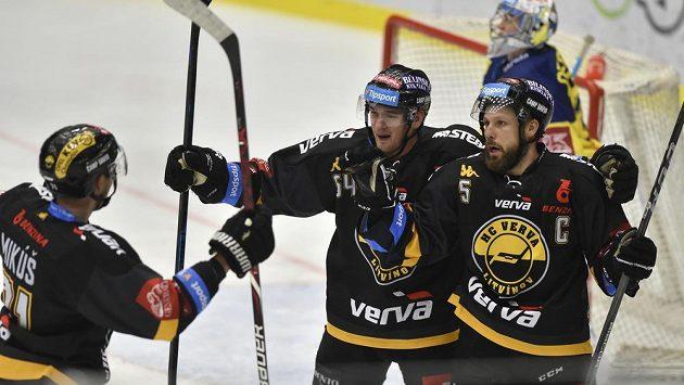 Hokejisté Litvínova Juraj Mikúš, Ondřej Jurčík a Michal Trávníček se radují z gólu na ledě Zlína.