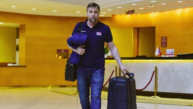 Josef Jandač opouští moskevský hotel Crowne Plaza před odjezdem české hokejové reprezentace na letiště a jejím návratem zpět do Česka.