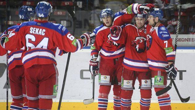 Petr Vrána ze Lva (druhý zprava) přijímá gratulace od spoluhráčů. Zprava jsou Mikko Mäenpää, Martin Ševc, Jiří Sekač a Martin Thornberg.