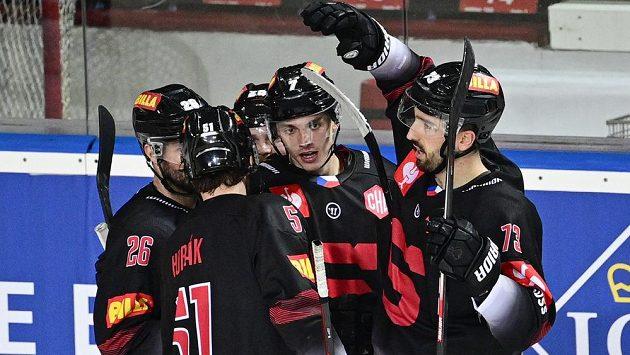 Hokejisté Sparty se radují z gólu v Lize mistrů.