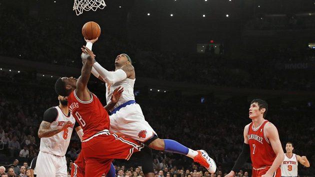 Carmelo Anthony (v bílém) střílí koš Milwaukee.