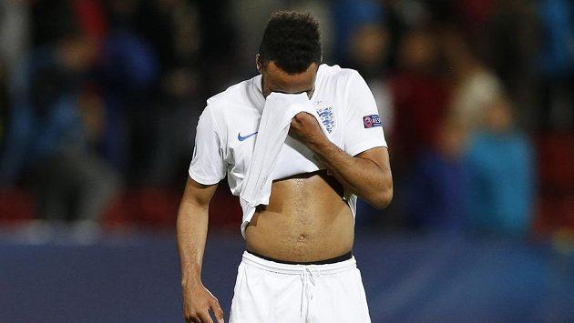 Zklamaný anglický fotbalista Nathan Redmond po porážce s Itálií v Olomouci, která znamenala pro Albion konec nadějí na ME do jedenadvaceti let.