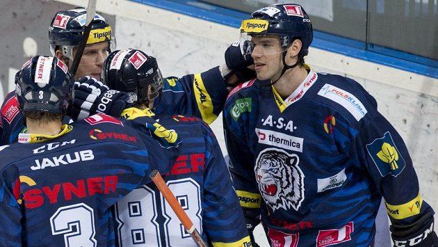 Jakub Čutta z Liberce (vpravo) se raduje se spoluhráči z gólu.