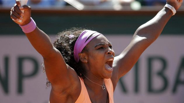 Serena Williamsová po jedné z výměn finále Roland Garros proti Lucii Šafářové.