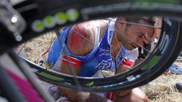 Sedřený francouzský cyklista William Bonnet trpí po pádu ve třetí etapě Tour de France.