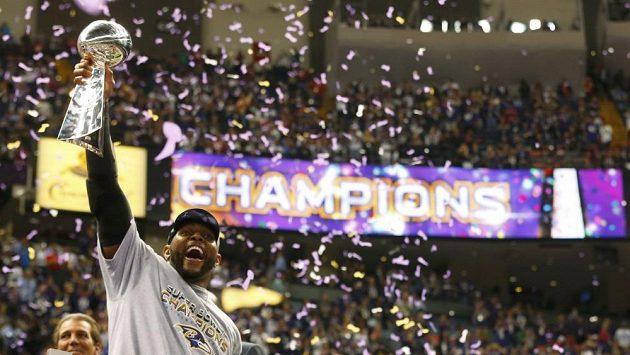 Ray Lewis s pohárem pro vítěze Super Bowl.