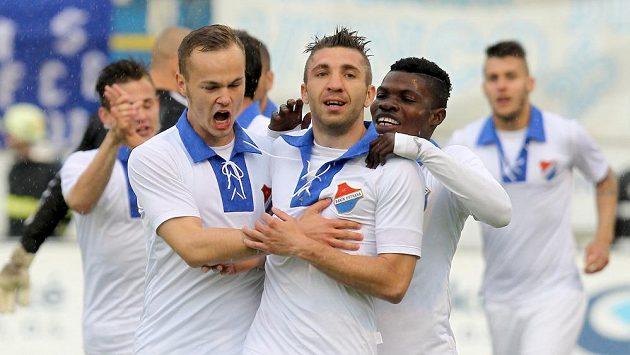 Autor první branky proti Dukle Davor Kukec z Baníku se raduje, gratulují mu spoluhráči Tomáš Vengřínek (vlevo) a Francis Narh (vpravo).