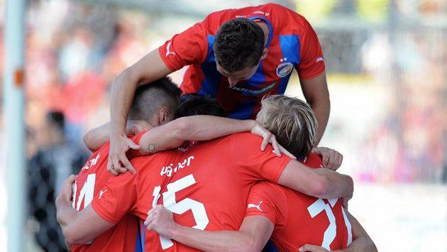 Plzeňští fotbalisté se radují ze čtvrtého gólu proti Željezničaru Sarajevo.