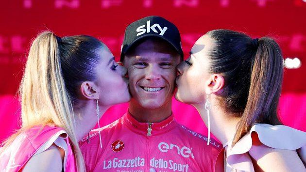 Chris Froome di užívá sladký polibek pro celkového vítěze Gira.