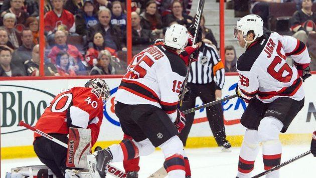 Útočník New Jersey Devils Jaromír Jágr (zcela vpravo) střílí na brankáře Ottawy Senators Robina Lehnera.