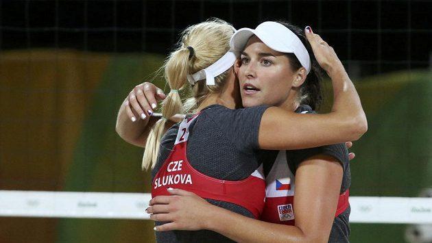 Plážové volejbalistky Barbora Hermannová (vpravo) a Markéta Sluková na OH v Riu.
