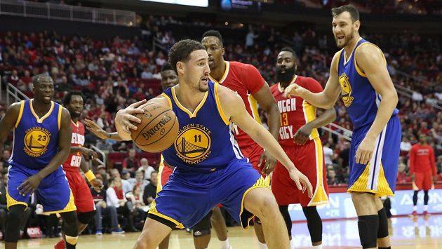 Basketbalista Golden State Klay Thompson (vpředu) v zápase proti Houstonu.
