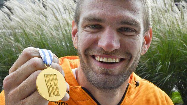 Veslař Ondřej Synek ukázal na tiskové konferenci zlatou medaili, kterou získal na mistrovství světa v americké Sarasotě.
