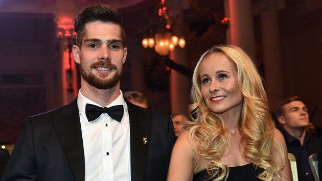 Hokejový brankář Alexander Salák se svou ženou Michaelou.