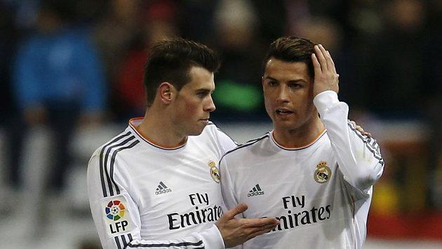 Fotbalisté Realu Madrid Cristiano Ronaldo (vpravo) a Gareth Bale v odvetě semifinále Španělského poháru.