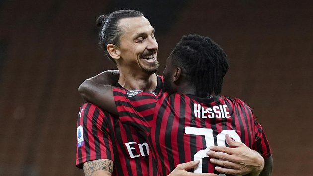 Hvězdný Zlatan Ibrahimovic slaví s Franckem Kessiem gól v síti Juventusu v utkání italské ligy.