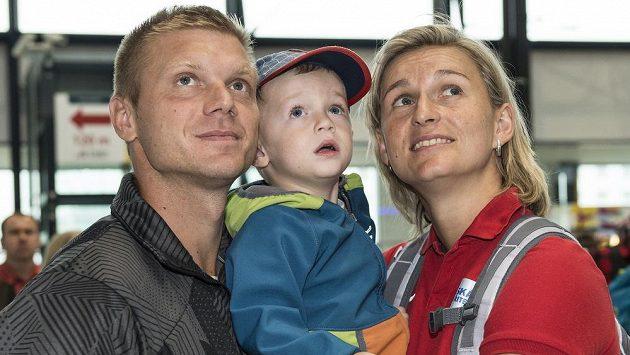 Oštěpařka Barbora Špotáková se synem Jankem a partnerem Lukášem Novotným před odletem na atletické MS do Pekingu.