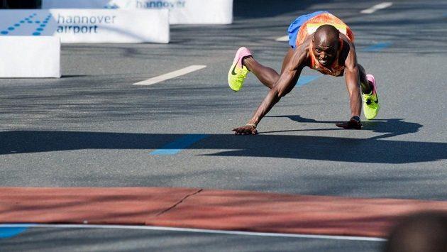 Nezvyklý cílový spurt vynesl nakonec Keňanovi druhé místo.