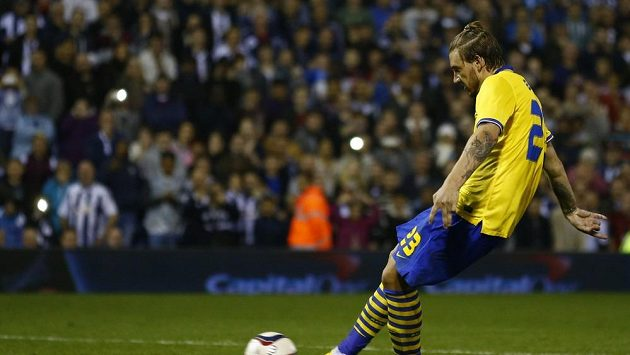 Dánský forvard Nicklas Bendtner proměňuje pokutový kop proti West Bromwichi v zápase Capital One Cupu.