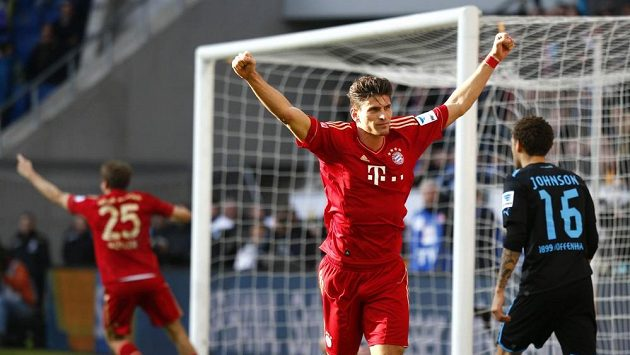 Útočník Mario Gomez z Bayernu Mnichov (druhý zprava) oslavuje gól na hřišti Hoffenheimu.