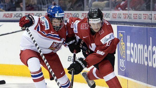 Český hokejista David kaše (vlevo) bojuje se Švýcarem Lukou Hischierem na MS do 20 let.