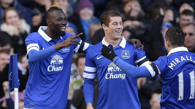 Lacina Traoré oslavuje svou první trefu v dresu Evertonu.