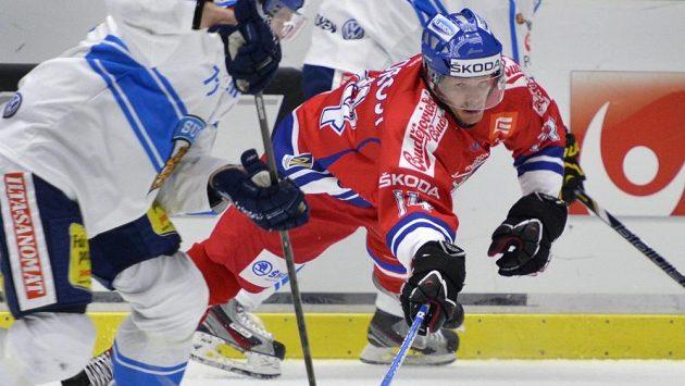 Václav Nedorost v souboji s finskou obranou.
