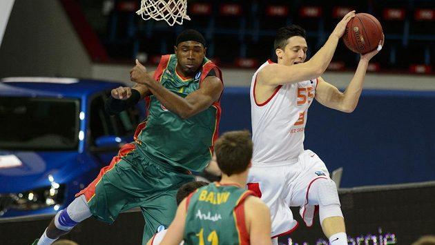 Derrick Byars ze španělského týmu Baloncesto Sevilla (vlevo) a Tomáš Pomikálek z ČEZ Basketball Nymburk bojují o míč.