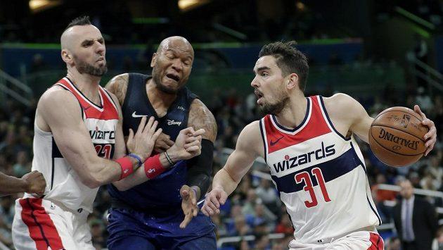 Basketbalista Washingtonu Wizards Tomáš Satoranský (vpravo).