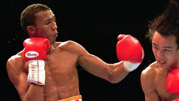 Venezuelský boxer Antonio Cermeňo (vlevo) při utkání s Japoncem Kasaiem.