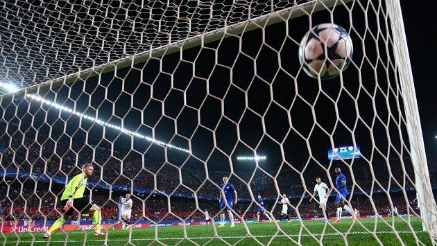 Sevillský Pablo Sarabia střílí gól Leicesteru - archivní snímek.