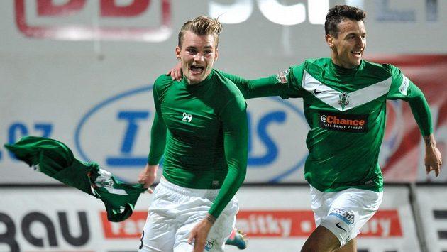 Vít Beneš (vlevo) se raduje se spoluhráčem Vukadinem Vukadinovičem z gólu do sítě Slavie.
