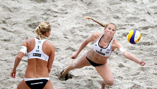 Beachvolejbalistky Kristýna Kolocová (vpravo) a Markéta Sluková v semifinále na Světovém okruhu v Berlíně.