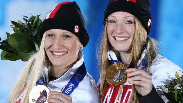 Kanaďanky Kaillie Humphriesová (vlevo) a Heather Moyseová se zlatem na olympiádě v Soči. Blonďatá pilotka chce zkusit závodit s muži.