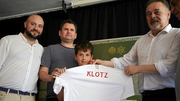 Příbuzní Józefa Klotze, někdejšího polského hráče židovského původu, obdrželi dres svého předka před utkáním Polska s Izraelem ve Varšavě.