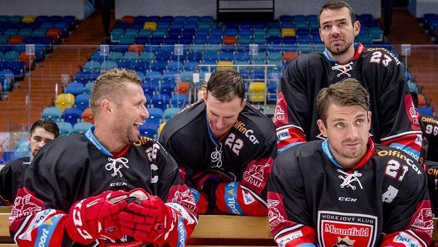 Hokejisté klubu Mountfield HK při focení před novou extraligovou sezónou. Zleva jsou Jaroslav Bednář, Jiří Šimánek, René Vydarený a Petr Koukal (dole).