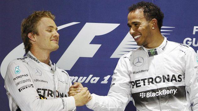 Druhý Nico Rosberg (vlevo) gratuluje svému stájovému kolegovi z Mercedesu Lewisu Hamiltonovi k vítězství ve Velké ceně Bahrajnu.